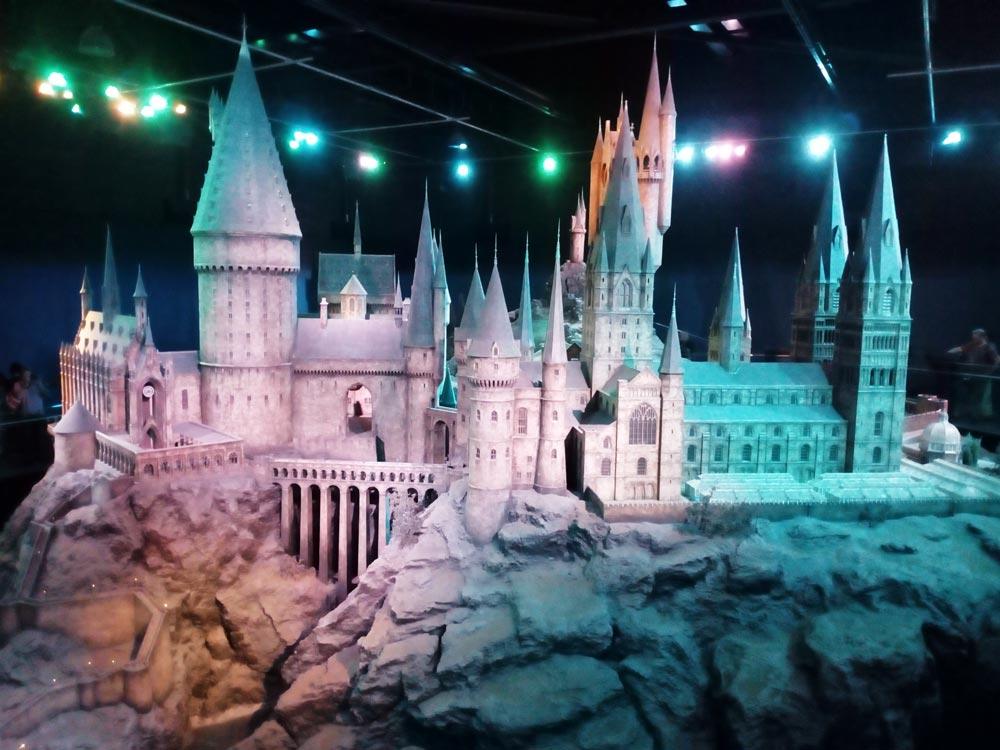 Maquette de Poudlard Studio Harry Potter près de Londres avec des visiteurs de par et d'autres pour avoir une idée de l'échelle.