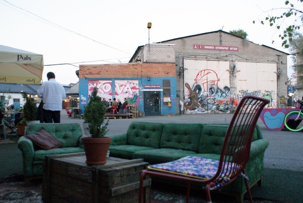 Canapé devant le Sveta Baar dans le quartier de Telliskivi à Tallinn.