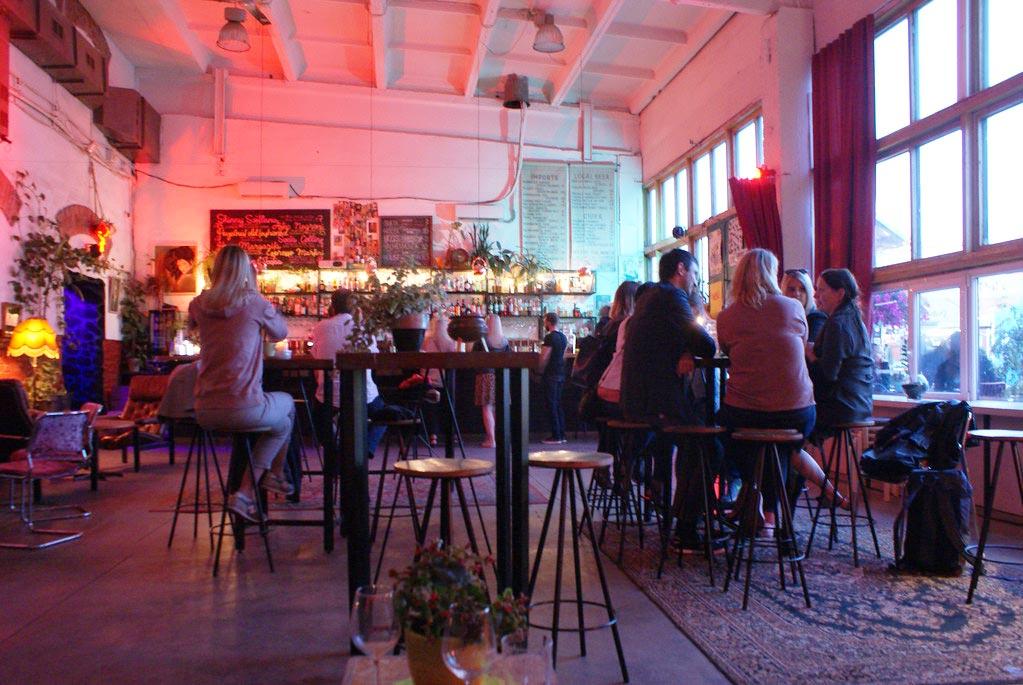 Bar coloré et agréable Sveta Baar dans le quartier de Telliskivi à Tallinn.