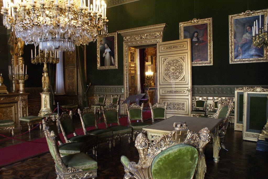 Salle du Palais Royal dans le centre historique de Turin.