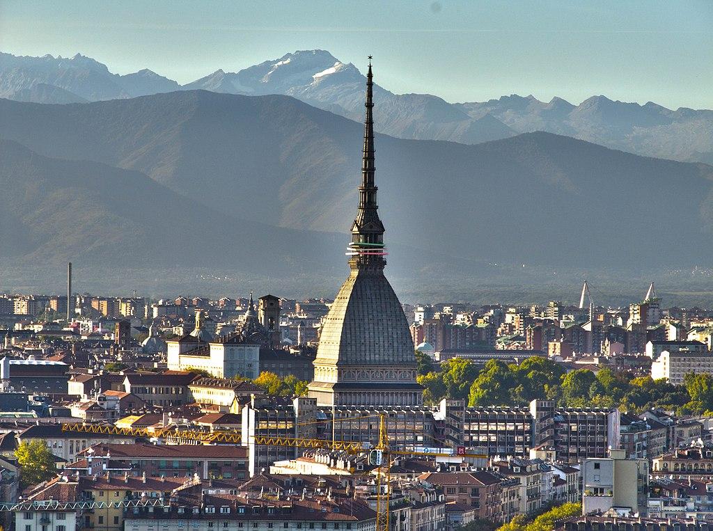 Vue sur le Mole Antonelliana, musée du cinéma dans le centre de Turin et les Alpes. Photo de Leonardo Pires