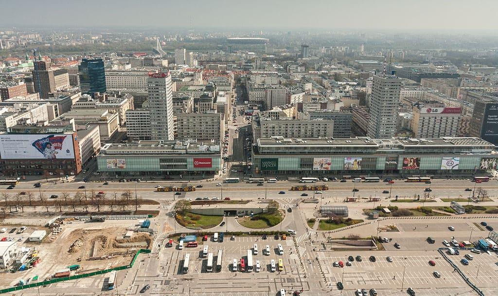 Architecture moderniste à Varsovie : Façade de la Marszalkowska depuis le Palais de la Culture - Photo Robert Drózd