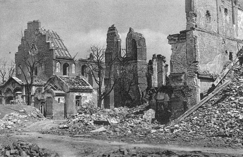 Eglise Nawiedzenia Najświętszej Marii Panny à Varsovie en 1945 - photo d'Edward Falkowski