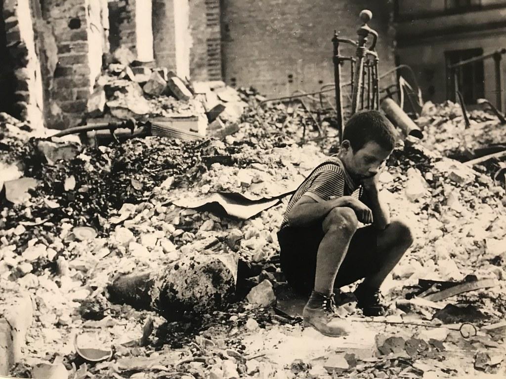 Enfant dans les ruines de Varsovie en 1945.