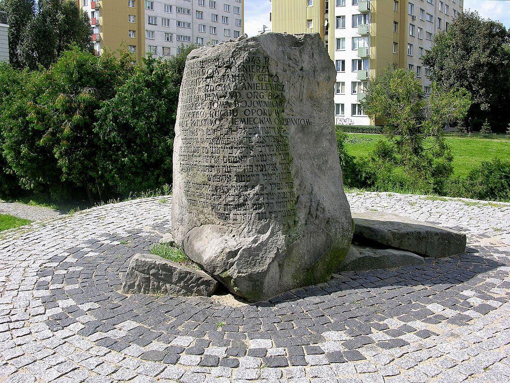 Monticule en honneur des insurgés du ghetto de Varsovie au Mila 18. Photo d'Adrian Grycuk