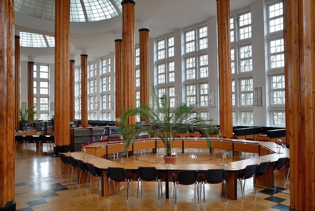 Dans la salle de lecture de la bibliothèque SGH du quartier de Mokotow - Photo d'Adrian Grycuk
