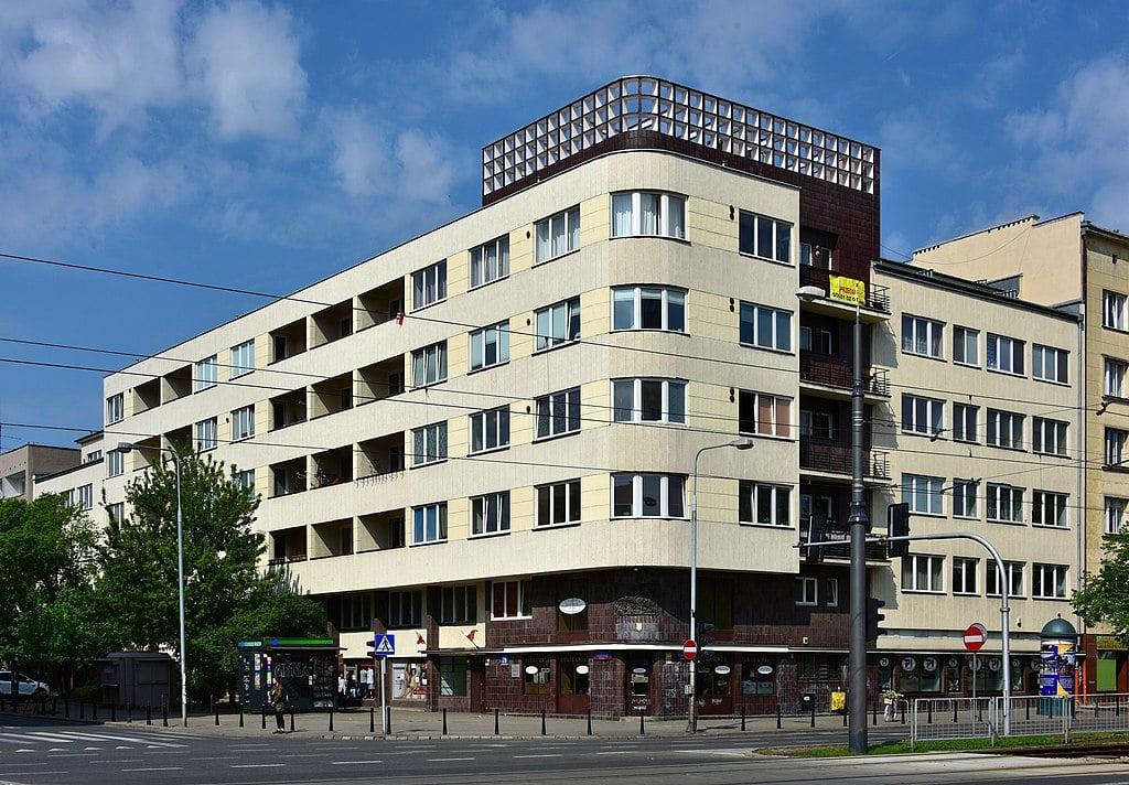 Architecture moderniste : Dom Wedla dans le quartier de Mokotow - Photo d'Adrian Grycuk