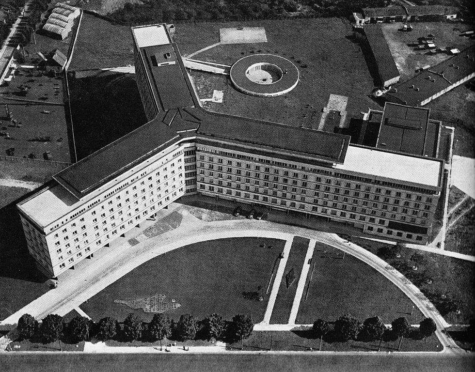Architecture moderniste à Varsovie : Główny Urząd Statystyczny en 1964.
