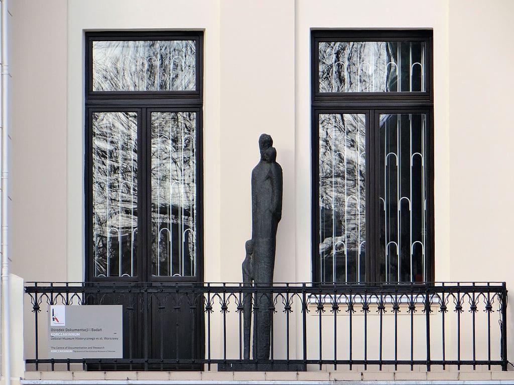 Statue de Janusz Korczak sur la Jaktorowska 6 à Varsovie. Photo de Jolanta Dyr
