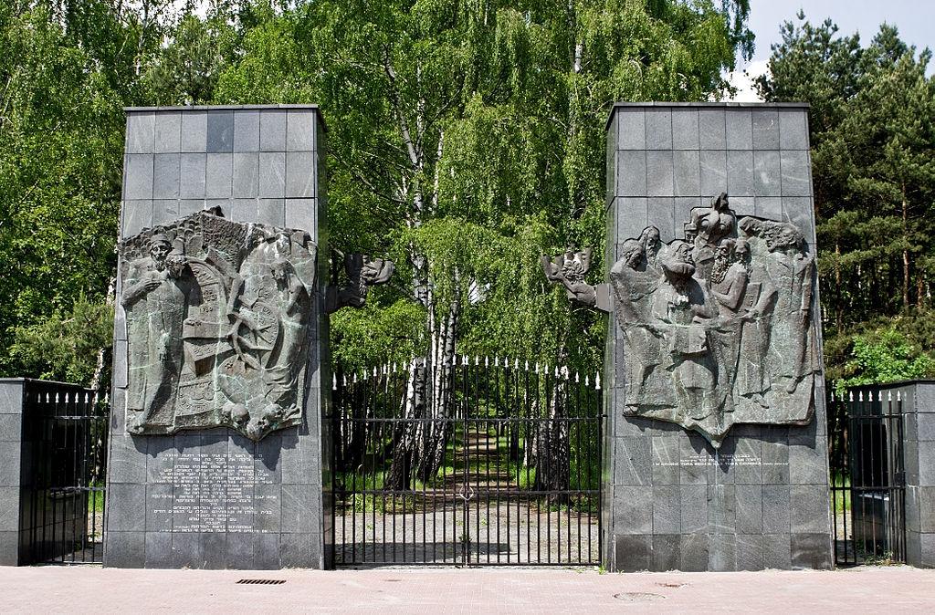 Entrée monumentale du cimetière juif de Brodno à Varsovie. Photo de Nikodem Nijaki