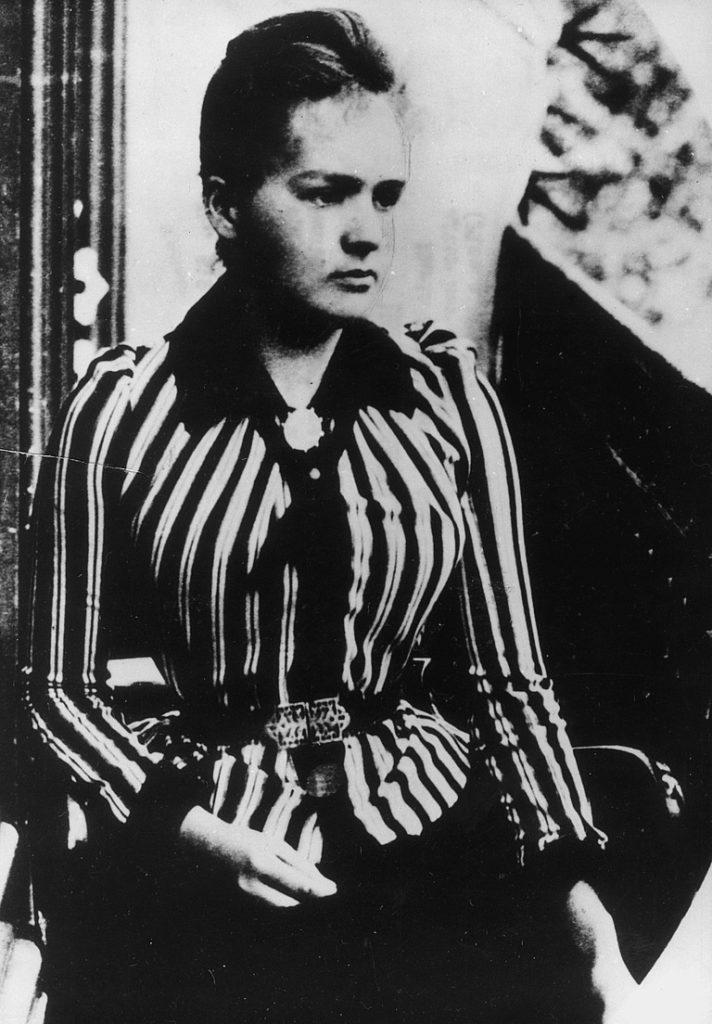 Maria Skłodowska a 24 ans lorsqu'elle arrive à Paris pour étuider à la Sorbonne. Elle en deviendra la première femme professeur.