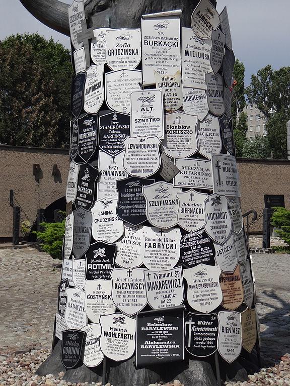 Arbre de Pawiak devant le musée de l'ancienne prison de la gestapo à Varsovie - Photo de Jolanta Dyr