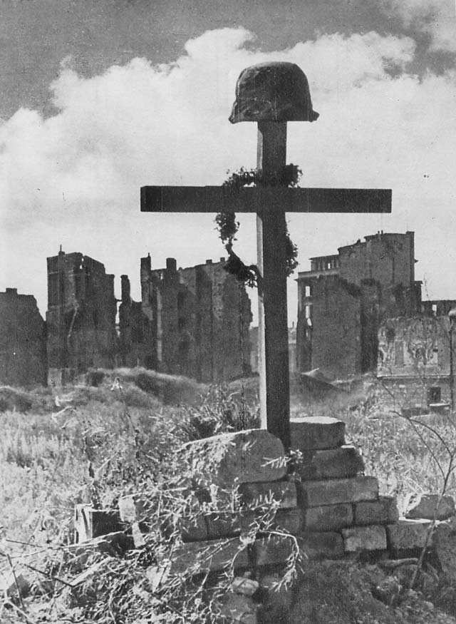 Tombe du soldat inconnu à Varsovie en 1945.