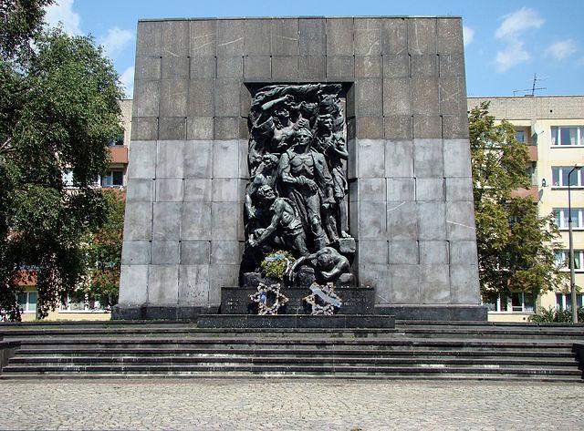 Monument à la mémoire des héros de ghetto à deux pas du musée des Juifs de Pologne. Ici Willy Brandt, président de la RFA s'agenouilla en 1970.