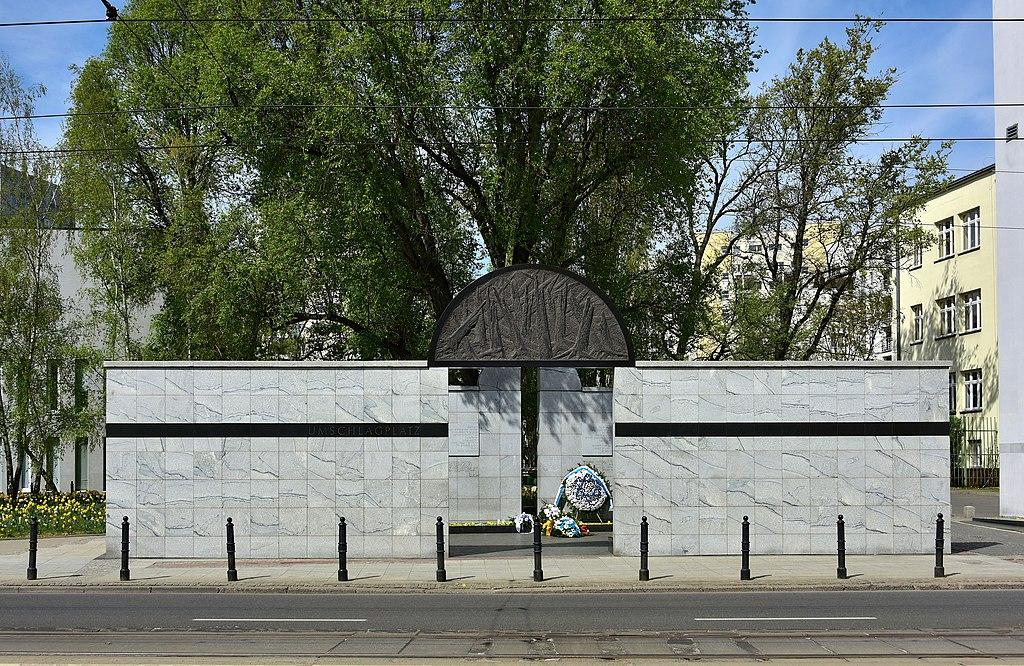 "Mémorial de l'Umschlagplatz, zone de ""triage"" des Juifs de Varsovie avant leur envoi à Treblinka. Photo d'Adrian Grycuk"