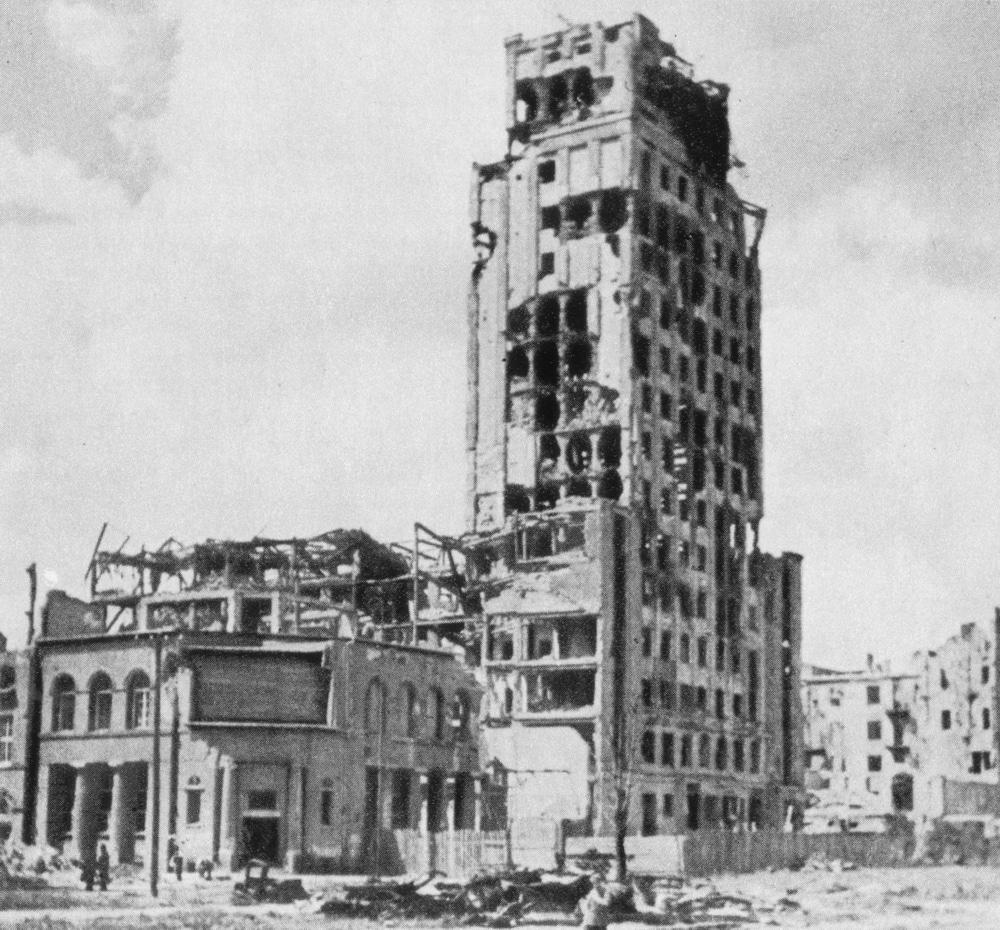 > Batiment du Prudential, premier gratte ciel de Varsovie en 1945. Photo de Zbyszko Siemaszko