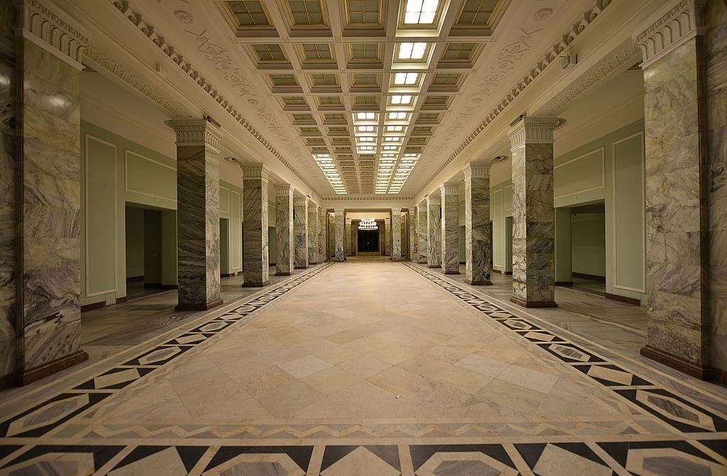 Salle de marbre à l'intérieur du PKiN à Varsovie - Photo de l'Adrian Grycuk