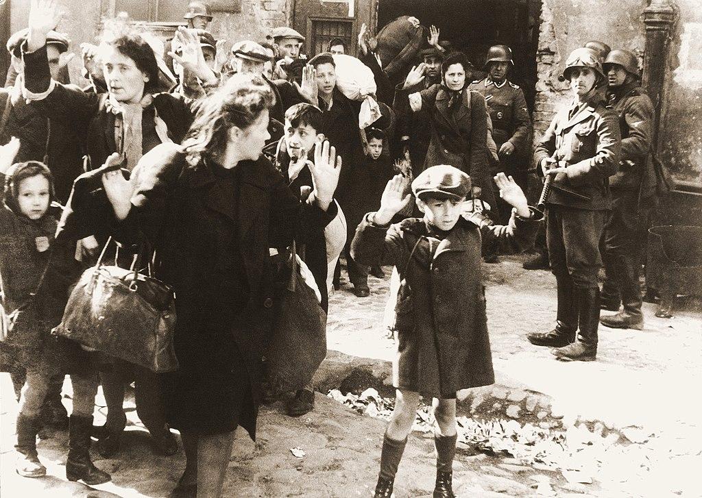 Femmes et enfants capturés pendant l'insurrection du ghetto de Varsovie. C'est la photo emblématique de l'insurrection de 1943.