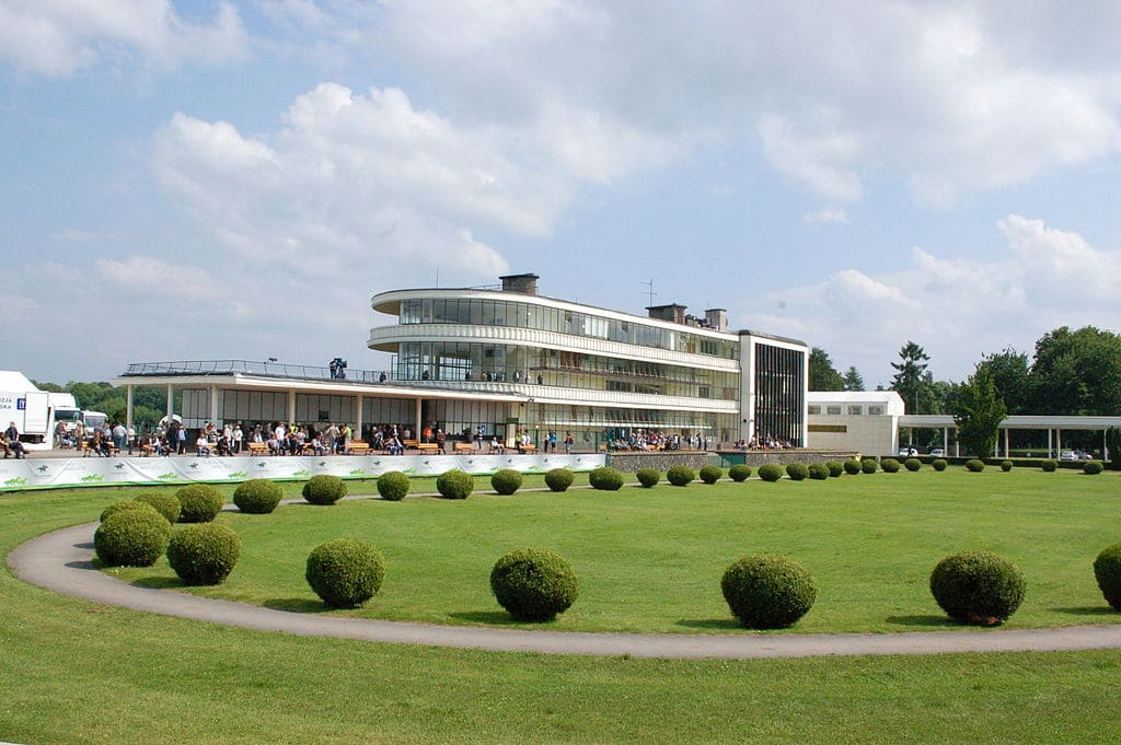 Architecture moderniste à Varsovie : Hippodrome de Służewiec - photo de Wistula