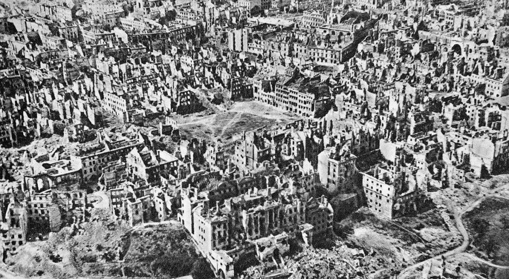 Vue aérienne de Varsovie en janvier 1945, le Rynek est le terrain vague au centre. Photo de Świerczyński.