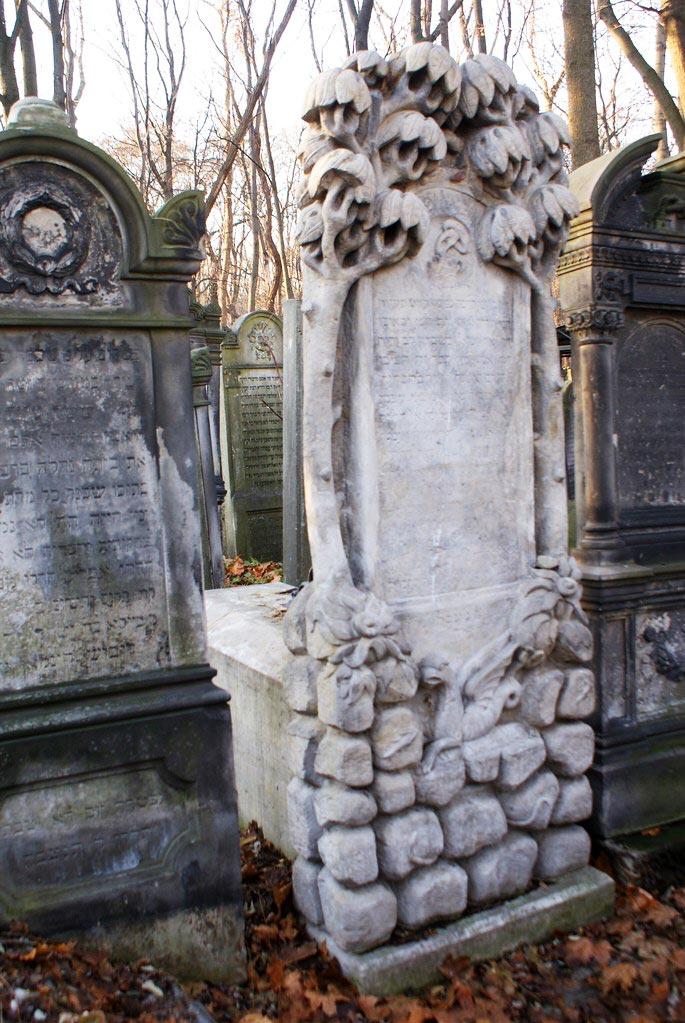 Tombe originale du cimetière juif de Varsovie.