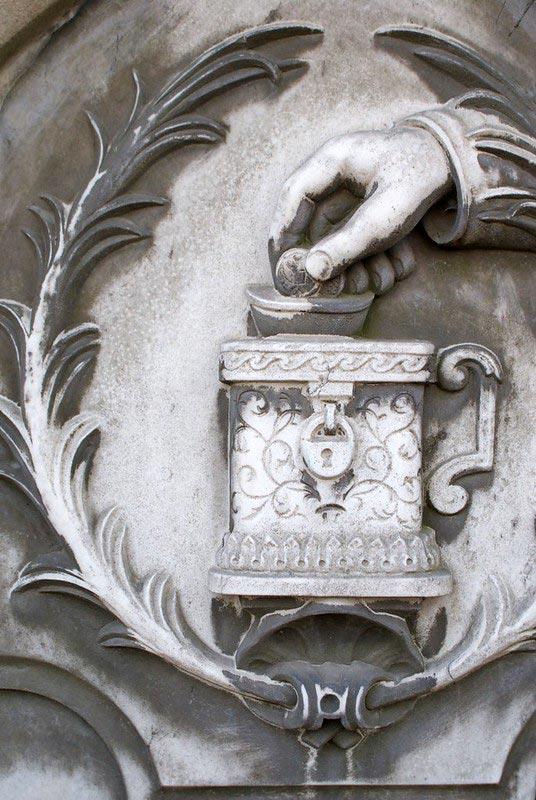 Tirelire sur une stèle du cimetière juif de Varsovie.