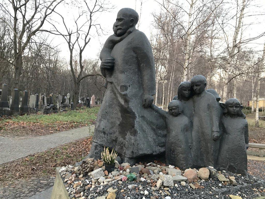 """Sculpture de Korczak, pédagogue et écrivain choisissant d'accompagner """"ses"""" enfants à Treblinka plutôt que s'échapper du ghetto."""