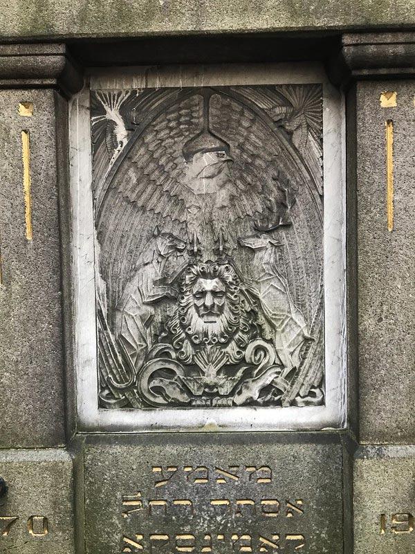 """Bas-relief et illustration de la citation du Talmud """"sois audacieux comme le léopard, leste comme l'aigle, prompt comme le chevreuil et fort comme le lion pour accomplir la volonté de ton Père qui est aux Cieux."""" au cimetière juif de Varsovie."""