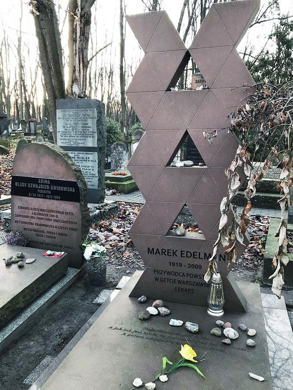 Tombe de Marek Edelman, un des chefs de l'insurrection du ghetto au cimetière juif de Varsovie.