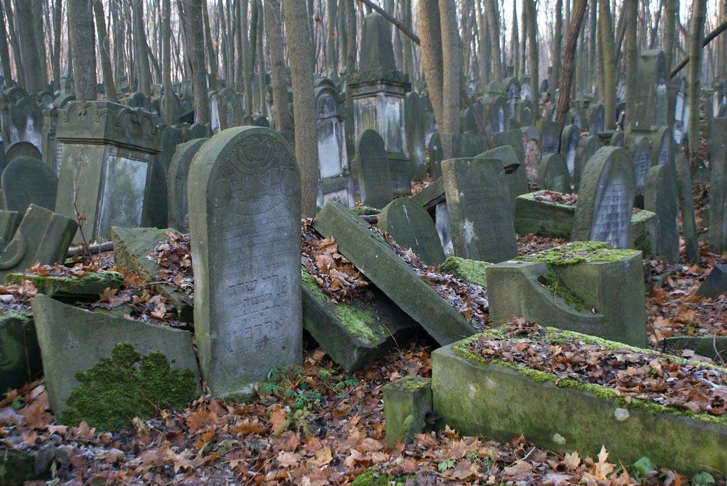 Stèles traditionnelles du cimetière juif Na Okopowej à Varsovie.