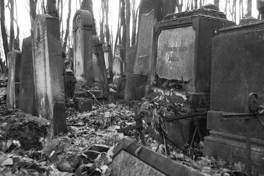 """Epitaphe en polonais """"Kochanemu bratu, bracia"""", """"A notre frère bien aimé, ses frères"""" au cimetière juif de Varsovie."""