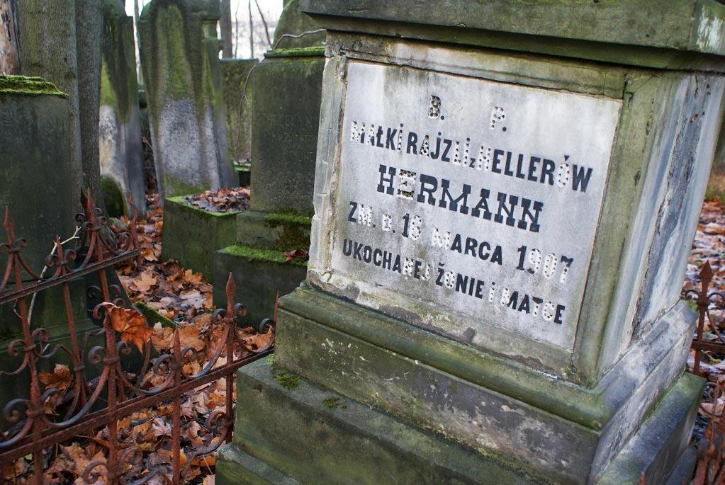 Inscription en polonais disparaissant d'une tombe du cimetière juif de Varsovie.
