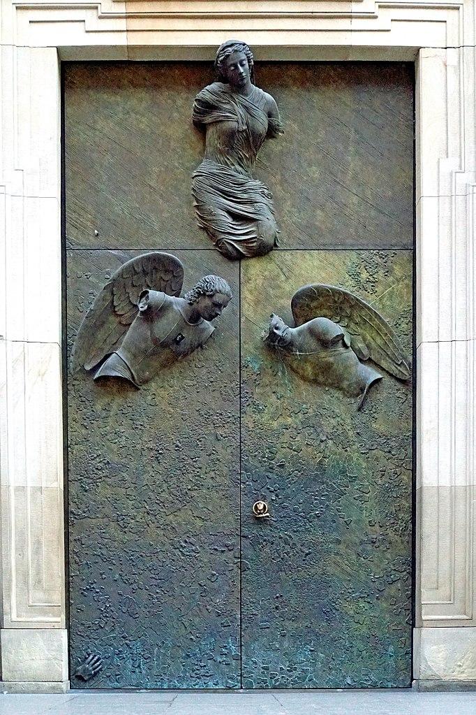 Sculptures d'Igor Mitoraj sur l'église des Jésuites de Varsovie - Photo de Dennis Jarvis