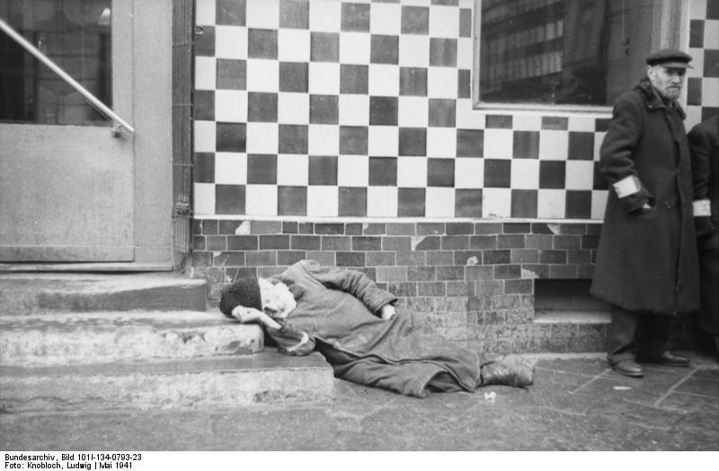 Vieil homme sans force dans le ghetto de Varsovie.