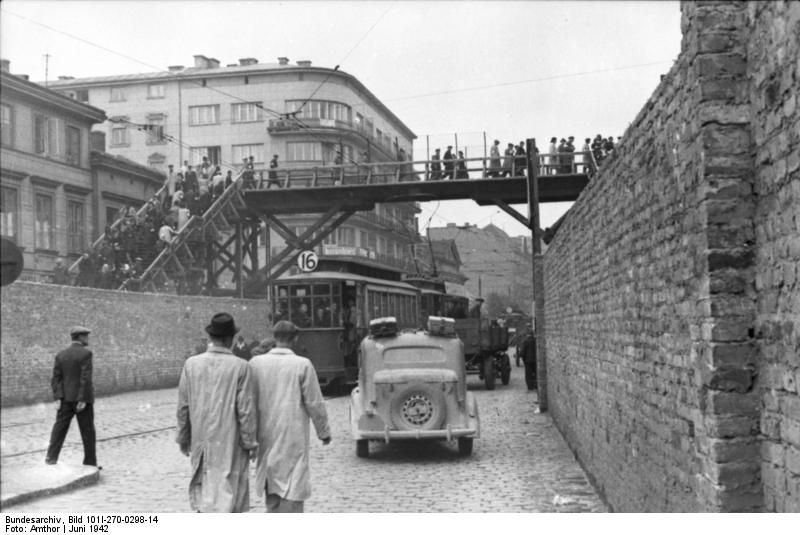 Pont en bois entre le petit et le grand ghetto de Varsovie.