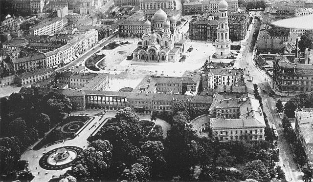 Photo du jardin et du palais en 1900. Un projet de reconstruction du palais est un vieux serpent de mer.