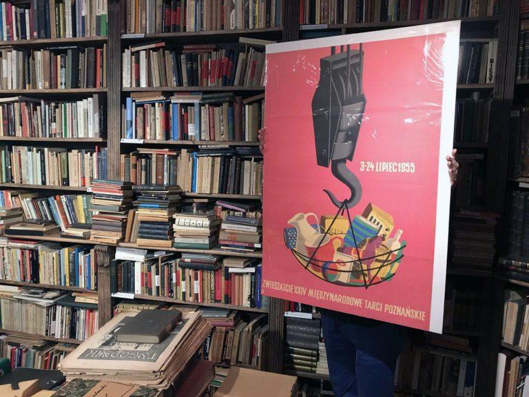 Affiche pour une foire à Poznan en 1955 dans la librairie Kwadryga à Varsovie.