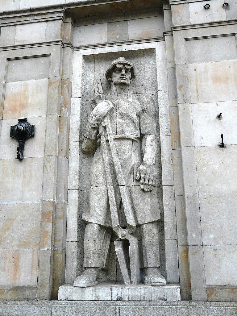 Statue dans le style social réaliste sur le Plac Konstytucji à Varsovie en Pologne. Photo de franek2