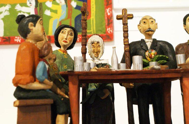 > Repas familial de personnages en bois dans le musée ethnographique de Varsovie : On se croirait dans un mélange de Kantor et de Kafka.