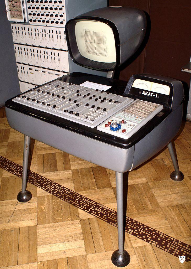 Ordinateur AKAT 1 dans le musée des techniques du Palais de la culture et des sciences à Varsovie. Photo de Topory