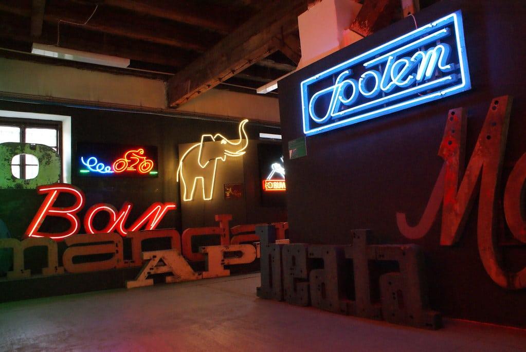 Musée du néon à Varsovie dans le quartier de Praga.