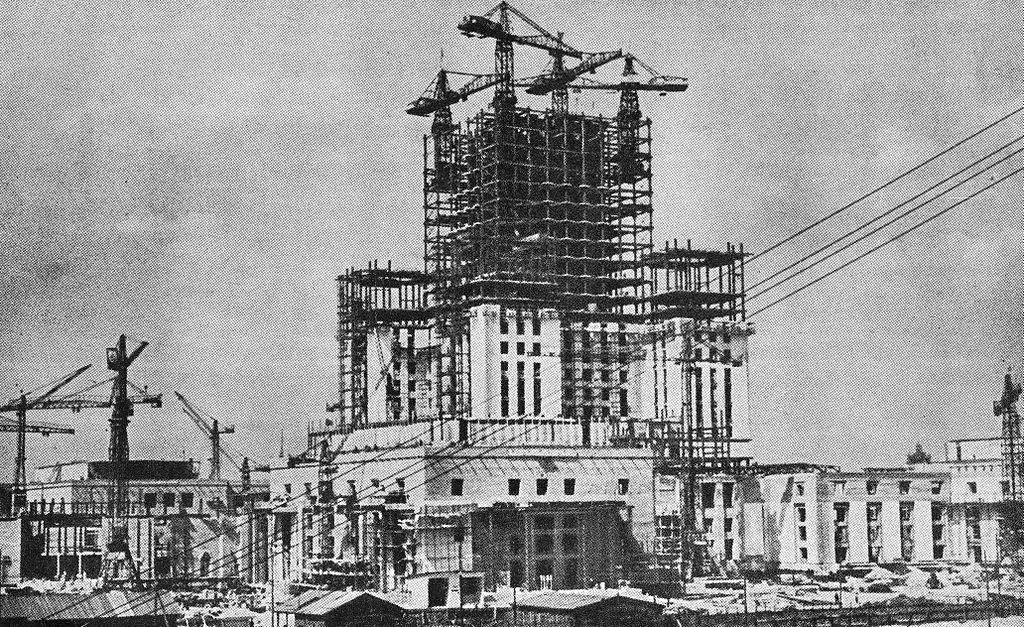 > PKiN, palais de la culture et des sciences à sa construction à Varsovie dans les années 1950.