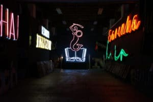 Insolite musée du néon à Varsovie : Bienvenue en 1970 ! [Praga]