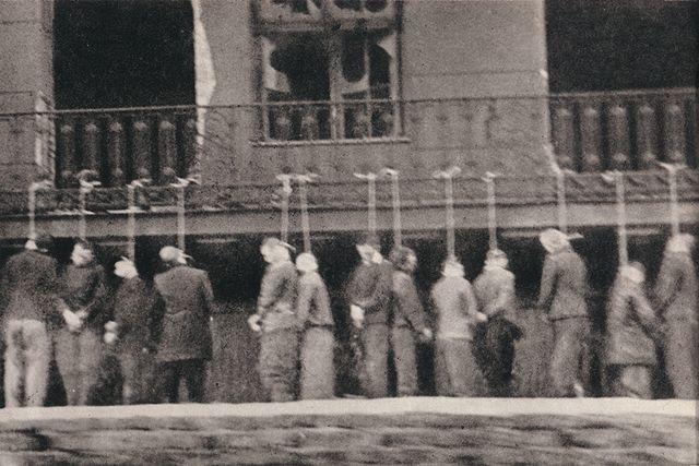 Prisonniers polonais pendus en 1944 à la prison Pawiak à Varsovie. Photo prise par la résistance depuis un tramway.