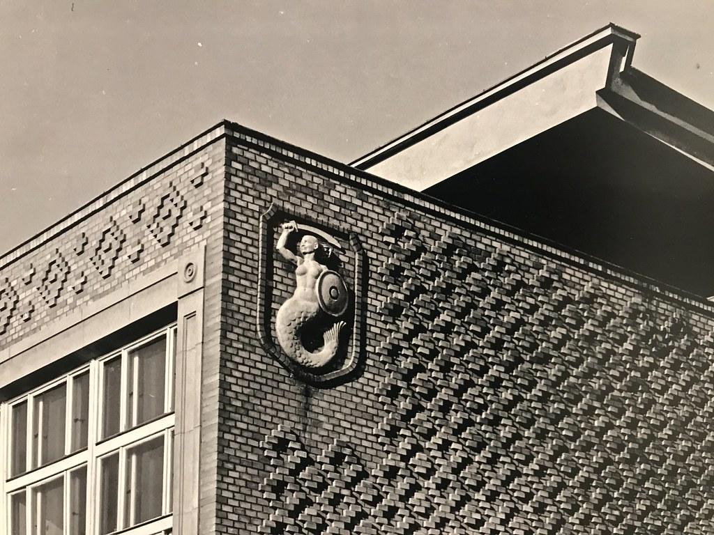 Sirène de Varsovie sur un bâtiment du quartier de Praga.