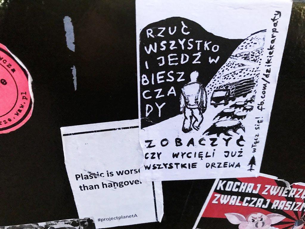 """Affiche près d'un squat à Varsovie : """"Lâche tout, et pars dans les Biesczady - Voir s'ils sont déjà découpé tous les arbres"""". A voir : facebook.com/dzikiekarpaty"""