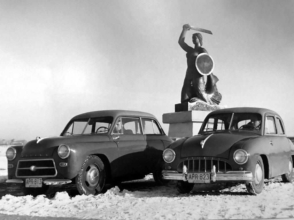 Statue de la sirène de Varsovie flanquée de deux voitures appelées aussi les sirènes. Musée d'histoire de Varsovie.