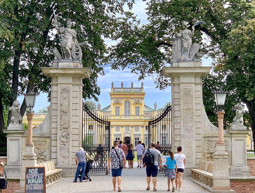 A l'entrée du palais de Wilanow à Varsovie - Photo de Kgbo