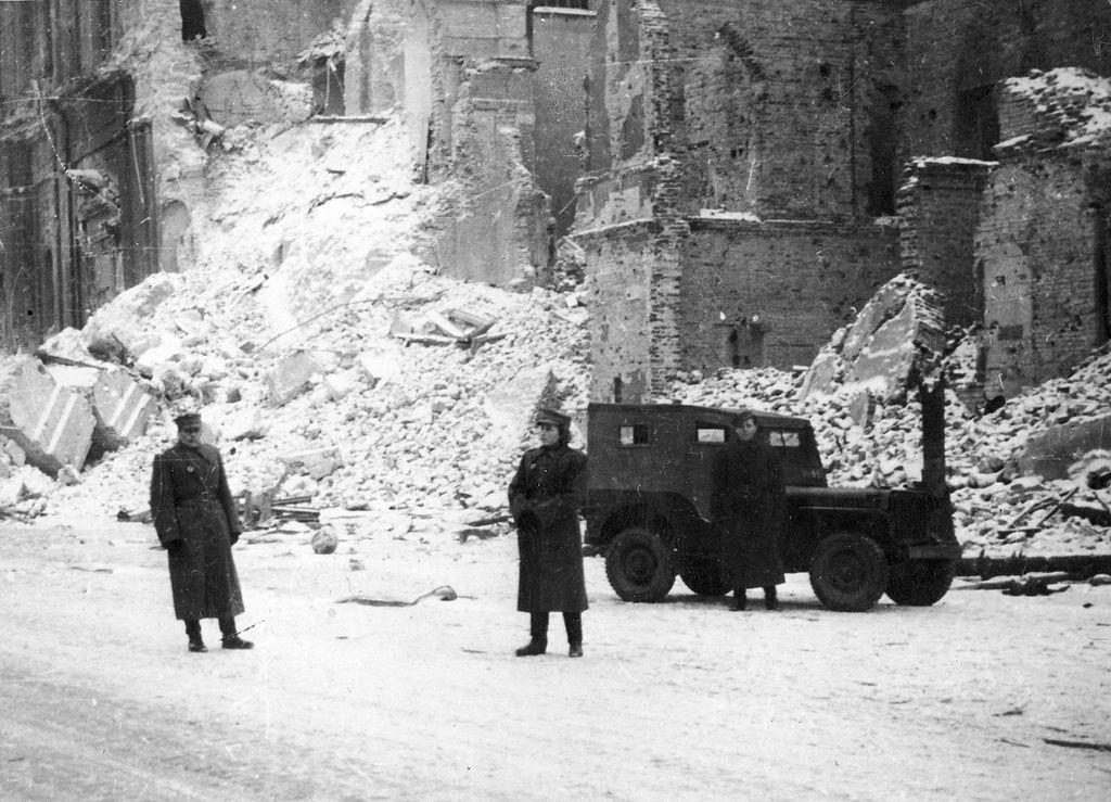 Krakowskie Przedmiescie sur le tracé royal de Varsovie en 1945. L'armée déployée prévient le pillage.