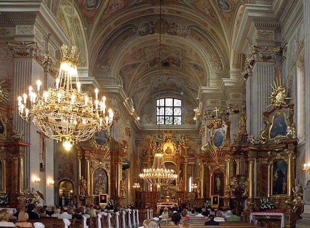 Intérieur baroque de l'église Saint Anne à Varsovie. Photo d'Alina Zienowicz.